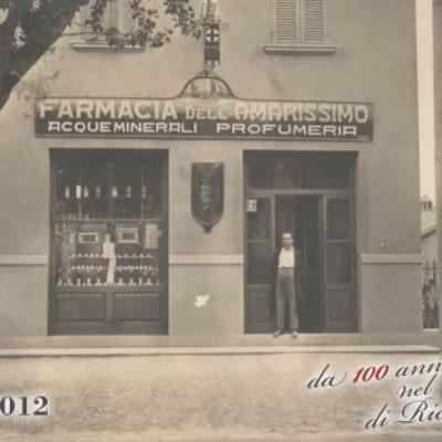 Mio nonno Dott. Arnaldo Passerini davanti alla nostra farmacia di Riccione
